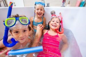 3 Kinder in der Badewanne