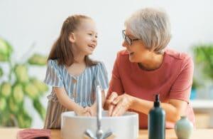 Oma mit Enkel am Tisch
