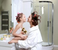 Mama und Kind im Bad