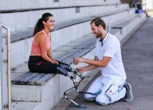 Hilfe beim Anziehen von Laufprothesen.