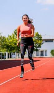 Eine Frau mit Laufprothesen.