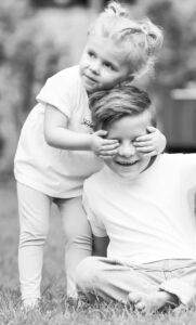 Elizan hält ihrem Bruder die Augen zu