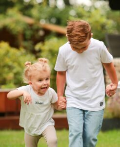 Elizan mit ihrem Bruder