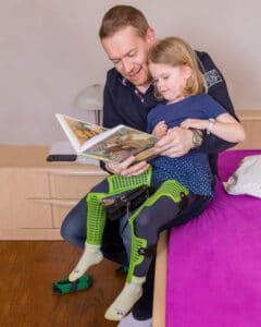 Vater liest Tochter etwas vor
