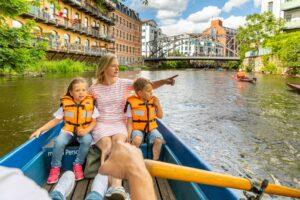 Mutter mit 2 Kindern im Ruderboot