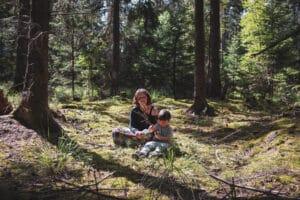 Mama und Sohn auf einer Waldlichtung