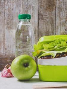 Schulbrot mit Wasser und Apfel