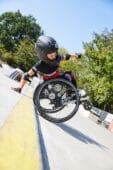 Junge im Rollstuhl auf dem Parcour