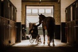 Gianna Regenbrecht im Rollstuhl bei ihrem Pferd