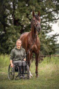 Gianna im Rollstuhl neben ihrem Pferd