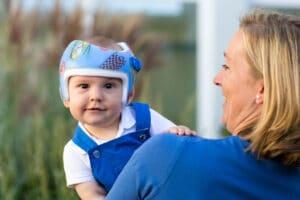 Kind mit Kopfhelm