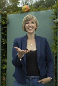 Julia Bierenfeld jongliert einen Apfel