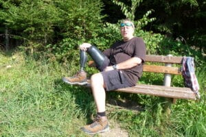 Mike auf einer Bank