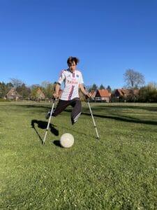 Simon Dornblüth spielt auf Krücken Fußball