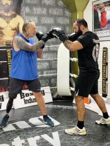Mike beim Boxen mit Sparringpartner