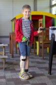 Junge mit Unterschenkelorthese