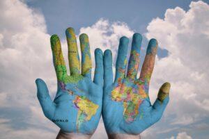 2 Hände mit Weltkarte bemalt